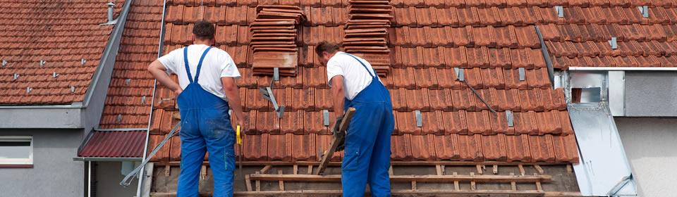 dakdekkers leggen dakpannen